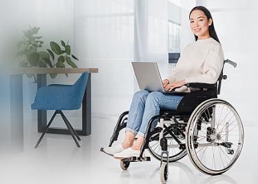pessoa de cadeira de rodas com notebook