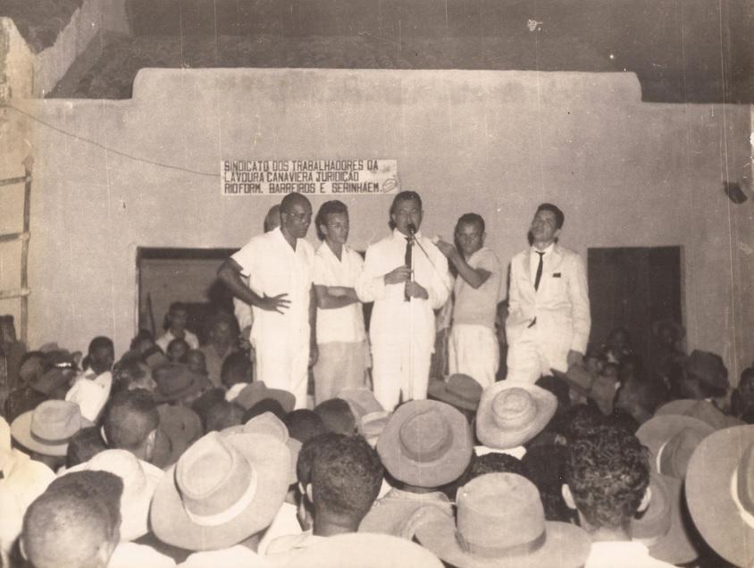 Miguel Arraes (ao meio) em comício do Sindicato dos Trabalhadores da Lavoura Canavieira, em PE.